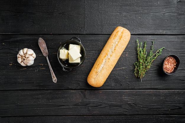 버터, 허브, 바게트 세트가 포함된 샌드위치 재료, 검은색 나무 테이블 배경, 위쪽 보기 플랫 레이, 텍스트 복사 공간