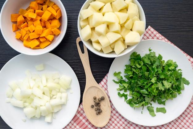 Ингредиенты для супа вид сверху морковь лук картофель кинза перец