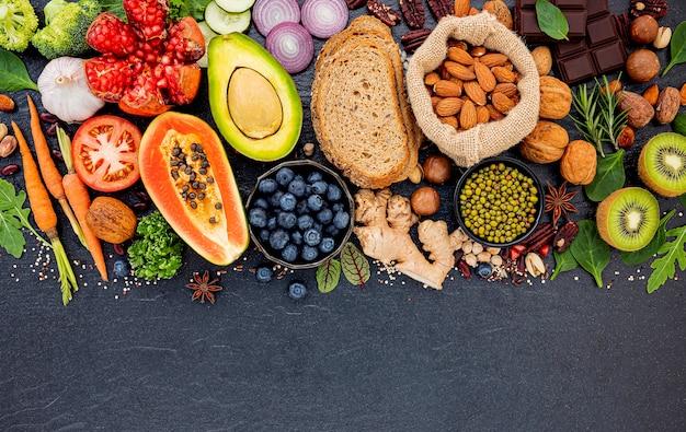 暗い石の背景に設定された健康食品の選択のための成分。