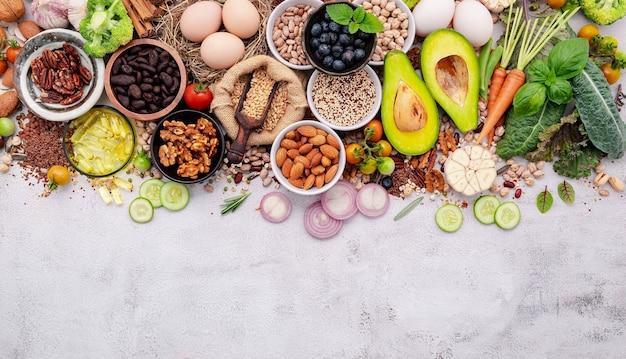 건강한 음식 선택을위한 재료. 흰색 초라한 콘크리트 배경 복사 공간에 설정하는 superfoods의 개념.