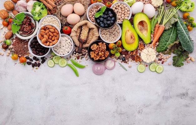 건강 식품 선택을 위한 재료입니다. 슈퍼푸드의 개념은 복사 공간이 있는 흰색 초라한 콘크리트 배경에 설정되었습니다.