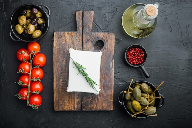 전통적인 그리스 샐러드 세트, 블랙 테이블, 평평한 바닥에 재료