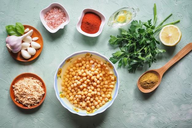 Ингредиенты для традиционного хумуса на кухонном столе. вид сверху