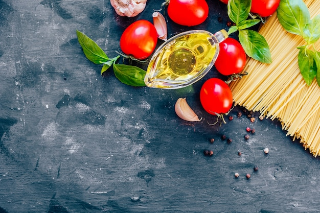 전통적인 이탈리아 파스타 스파게티, 토마토, 바질, 올리브 오일 성분.