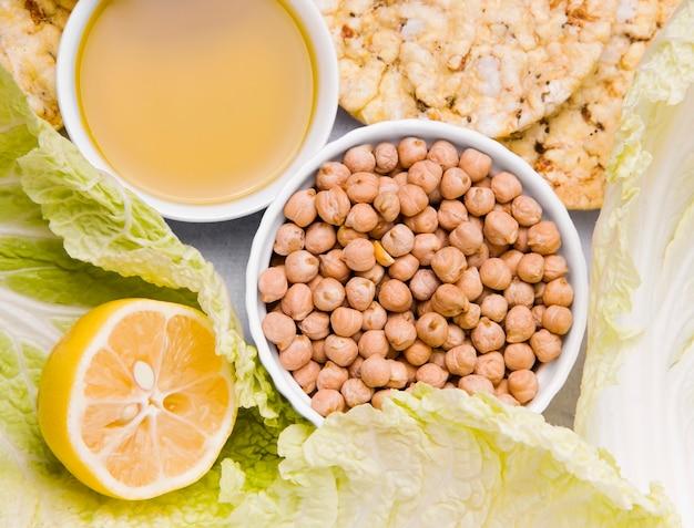 Ингредиенты для вегетарианских блюд. нут, салат, лимон, оливковое масло, капуста, хрустящий хлеб