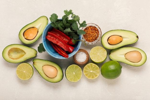 Ингредиенты гуакамоле авокадо и лайм, перец чили и кинза