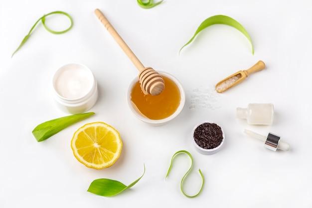 성분 수제 피부 관리. 미용 제품 크림, 꿀, 커피 스크럽,