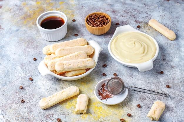 Ingredienti per produrre dessert tiramisù, vista dall'alto con spazio di copia.