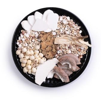 フォートニックスープ、フォーハーブフレーバースープの材料。白い背景にジュズダマ、ハーブ、豚の腸を持つ台湾の伝統的な食べ物