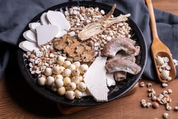 フォートニックスープ、フォーハーブフレーバースープの材料。ジュズダマ、ハーブ、豚腸を使った台湾の伝統料理。