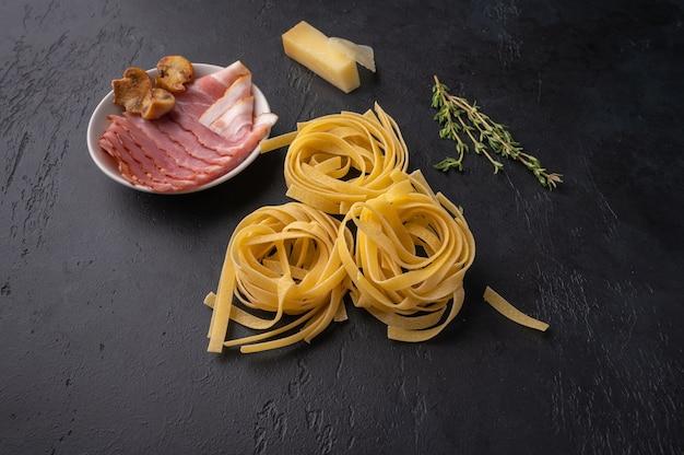 キノコ、ベーコン、パルメザンチーズのパスタフェットチーネの成分