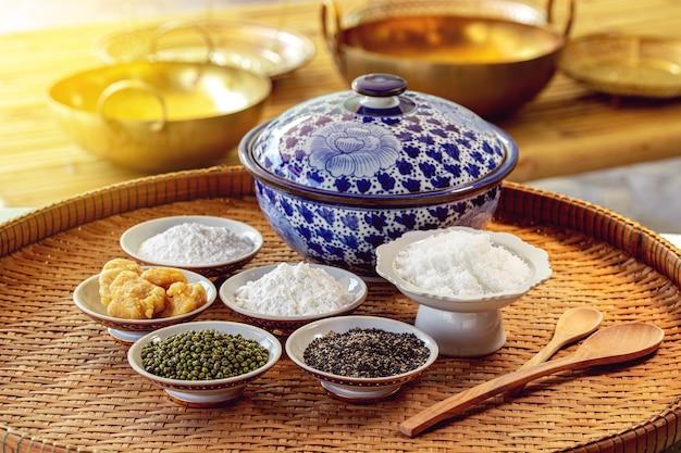 タイのキッチンでタイの揚げデザートの材料