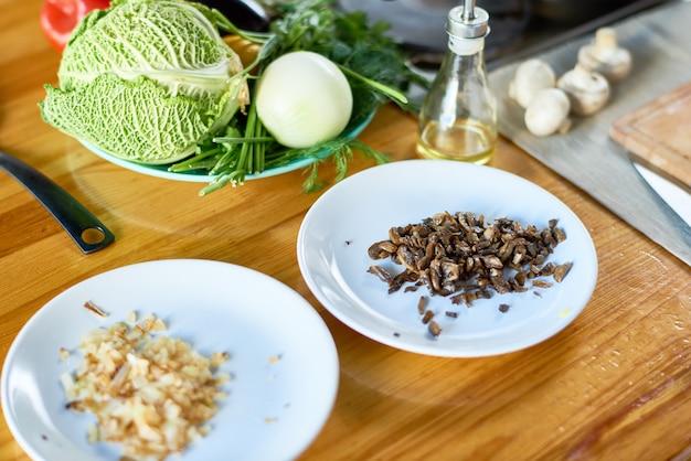 Ингредиенты на столе для приготовления пищи
