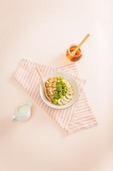 Ингредиенты вкусный здоровый завтрак с молоком и овсяными хлопьями, бананом, киви