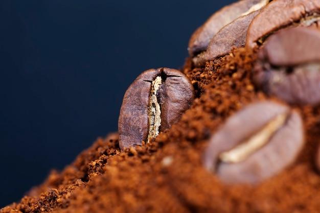 뜨겁고 상쾌한 커피 음료, 근접 촬영 커피 콩 분말 및 전체 커피 콩, 볶은 커피 콩을 만드는 데 사용할 수있는 재료