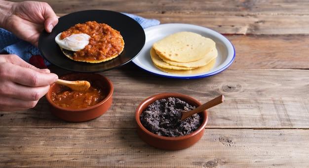 ウェボスランチェロスを作るための材料、木製のベースでメキシコの朝食。メキシコ料理。スペースをコピーします。