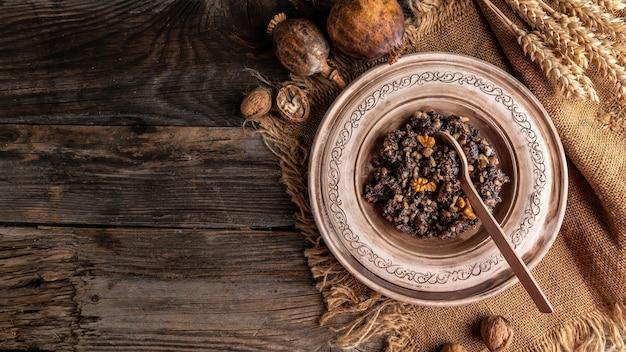 Ингредиенты традиционной трапезы в канун рождества кутя. кутья вареная пшеничная каша. славянское праздничное ритуальное блюдо. баннер, меню, место рецепта для текста, вид сверху