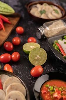 Gli ingredienti utilizzati per l'insalata includono pomodori, peperoni, lime e zucca amara.