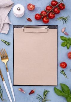 Ingredienti con la lavagna per appunti accanto sulla tavola