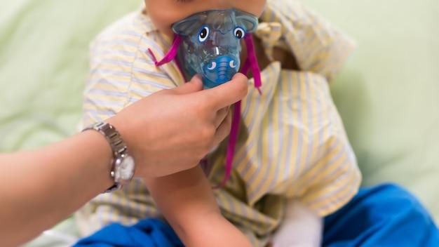 Inhalation mask to rsv boy patient