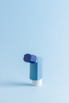 Ингалятор на синем столе. лекарство. здоровье. респираторные заболевания.
