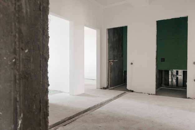 Первичная подготовка помещения к отделочным работам. оштукатуренные стены. первичный ремонт в комнате