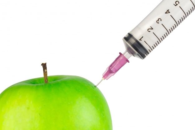 Инъекционная игла яблочно-зеленая, изолированная на белой стене