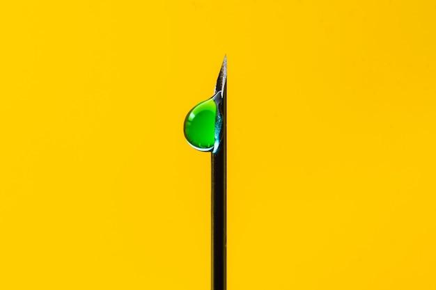 針と有毒物質の注射。安楽死。黄色の背景