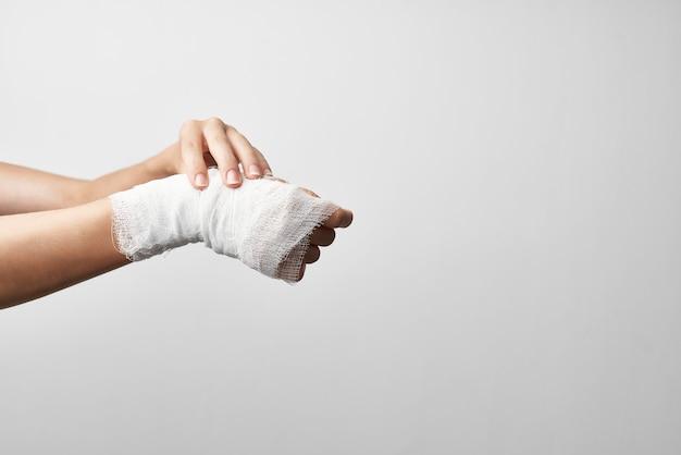 負傷した腕の包帯医学の外傷学