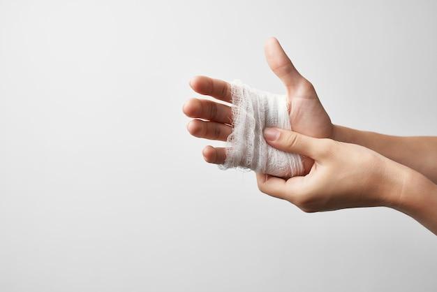 부상당한 손가락 외상 치료 붕대 근접 촬영