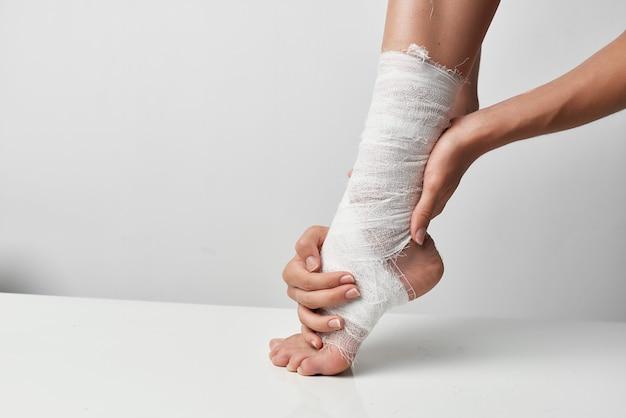 包帯の健康問題のクローズアップで包帯を巻いた負傷した脚