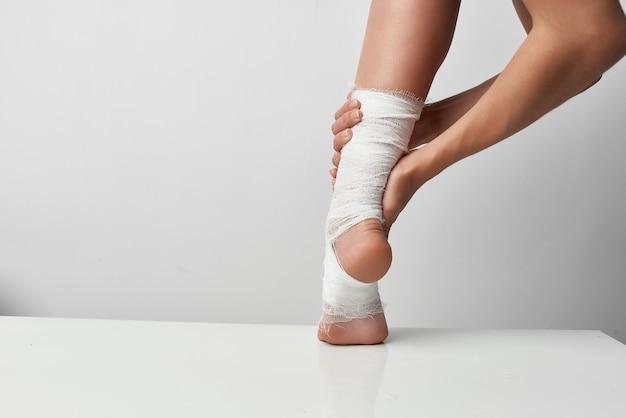 Травмированная нога в повязке проблемы со здоровьем медицина