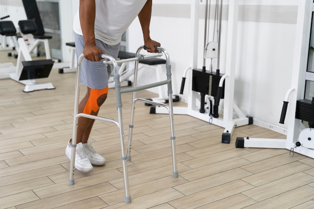 걷기 위해 물리 치료 운동을 하는 부상당한 남자