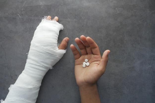 手に包帯と医療薬で負傷した痛みを伴う手