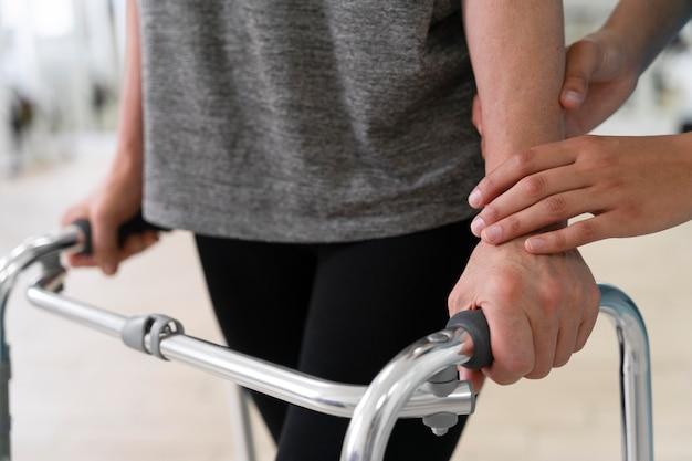 걷기 위해 물리 치료 운동을 하는 부상당한 사람