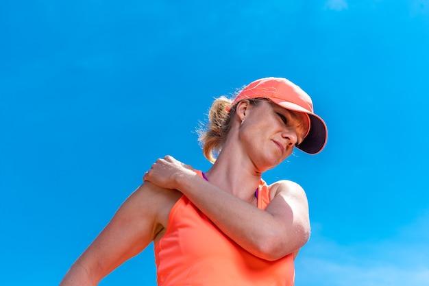 코트에서 테니스 선수의 어깨 부상