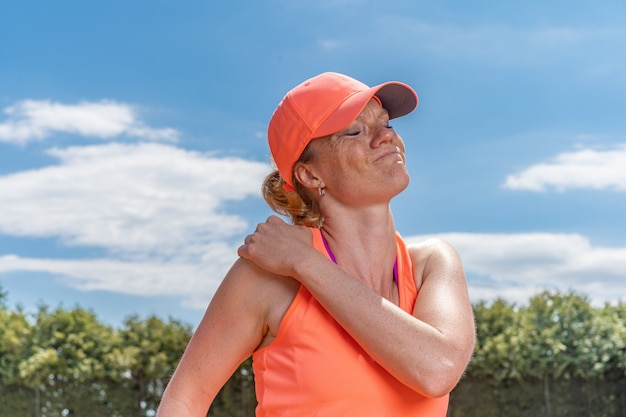 Injured shoulder of a tennis player on the court