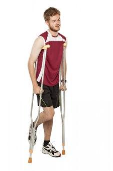 Травмированный спортивный человек на костылях