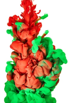 물에 잉크. 녹색과 빨간색 페인트의 스플래시. 추상적인 배경색
