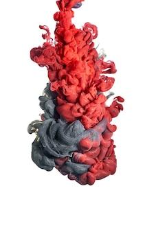 물에 잉크. 빨간색과 검은색 페인트의 스플래시. 추상적인 배경색