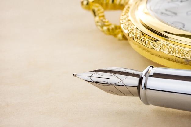 インクペンと羊皮紙の質感を見る
