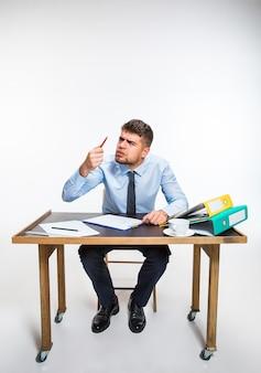 L'inchiostro nella penna finisce bruscamente e l'uomo è costretto a scrivere a matita. il giovane è assolutamente arrabbiato e aggredito. concetto di problemi dell'impiegato, affari, pubblicità, problemi quotidiani.