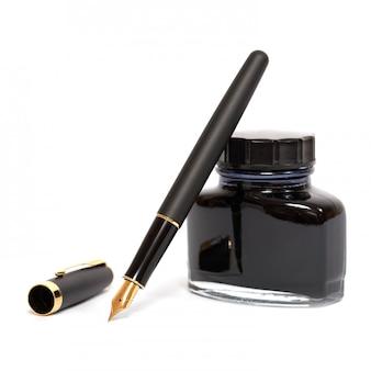 Чернильная ручка, изолированная на белом