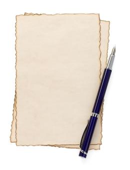 화이트에서 고립 된 종이 양피지에 잉크 펜