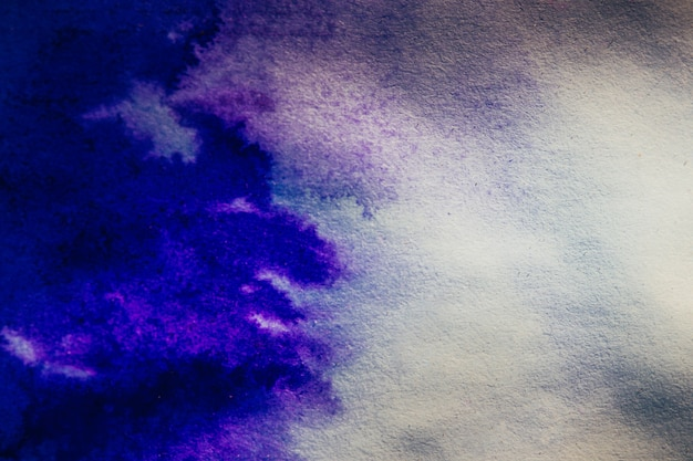 インクスポットが紙の青い色に広がる