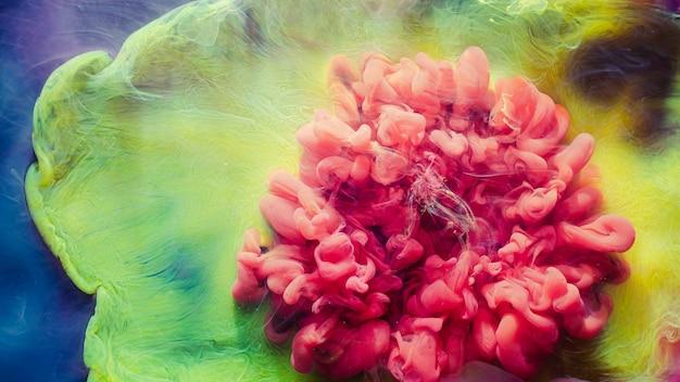 Взрыв чернил в воде. облако фантазии. розово-желтый дым. абстрактное искусство фон.