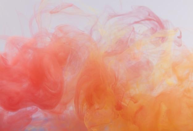 水中のインク、色の抽象的な爆発