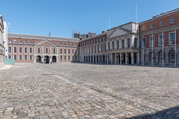 Внутренний двор дублинского замка летом 2021 года без людей из-за covid-19.