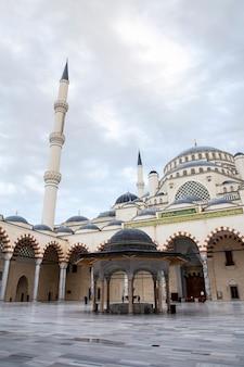 Внутренний двор мечети чамлика с фонтаном и двумя башнями, внутри нет людей, стамбул, турция