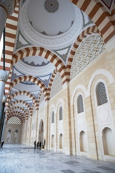 Внутренний двор мечети камлика с людьми внутри, стамбул, турция